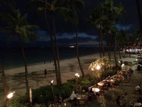 Outrigger Waikiki Beach Resort: ocean front dining at Chucks steak house