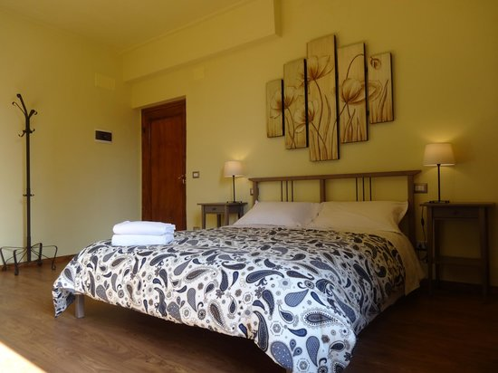 "Bed & Breakfast La Tavernetta : "" I LIMONI "" Camera matrimoniale/tripla, bagno privato interno"