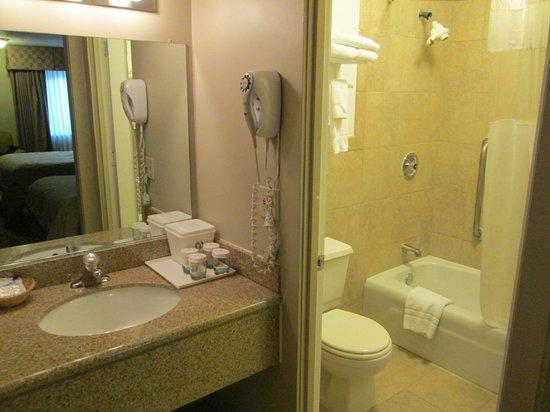 Ramada Fresno North: Waschbecken/WC+Badewanne getrennt