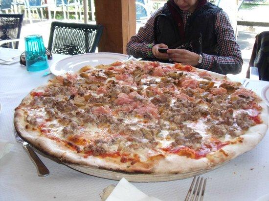 Restaurante A Pedra: Media pizza de carne y media de champiñones
