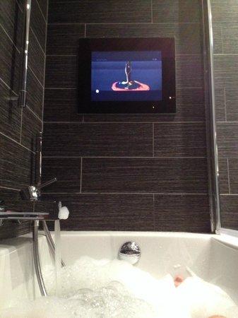 Avenue Lodge Hotel : TV in bath