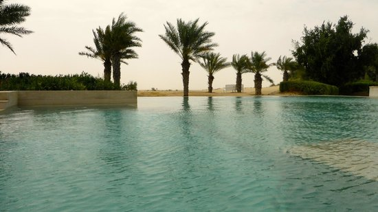 Bab Al Shams Desert Resort & Spa: Part of the vast pool