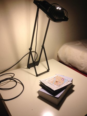Foresteria Levi: nice desk and useful lamp