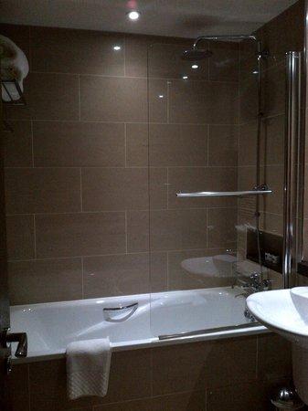 Hard Days Night Hotel: Standard room bathroom with deep tub (Room 302)