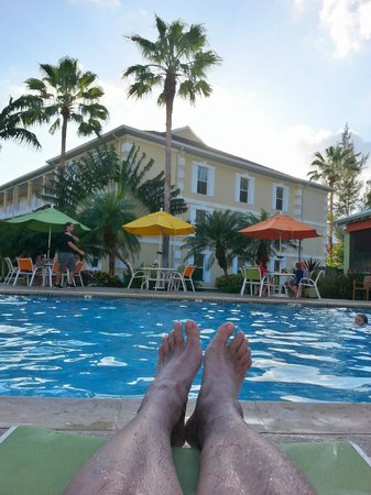 Sunshine Suites Resort: relaxing by the pool