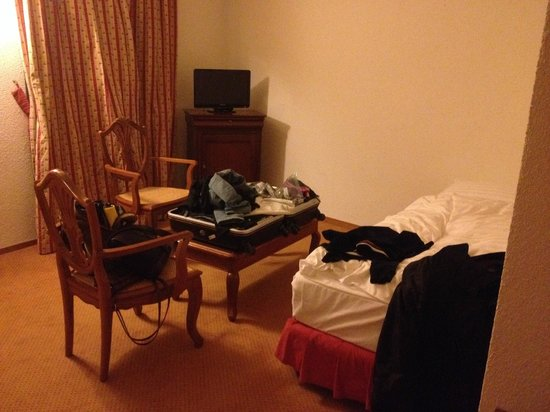 Hotel du Boulevard: single bed for one ppl. Double bed for another two ppl is not in this pic