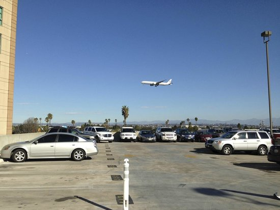 Renaissance Los Angeles Airport Hotel: Airplane on Final Approach tom Parking Garage