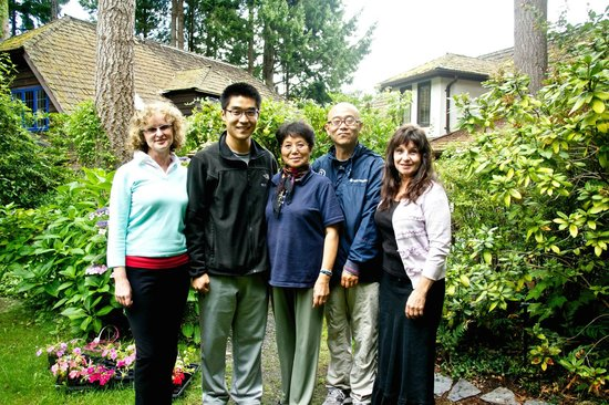 Blue Willow Guest House: My family with Maxine and her friend