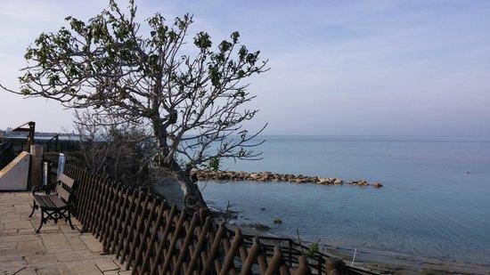 Capo Bay Hotel: The beach walkway
