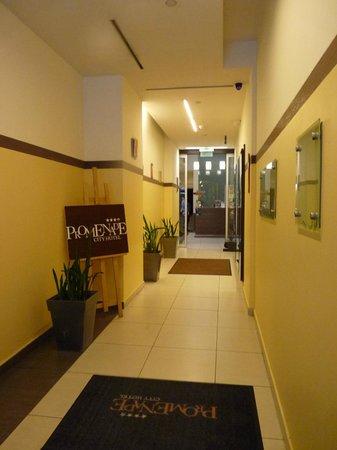 Promenade City Hotel : Вход в отель