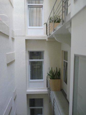 Promenade City Hotel: Внутренний вид отеля (сверху крыша, некоторые номера выходят окнами сюда)