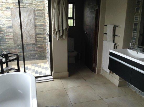Shepherd's Tree Game Lodge: Wonderful bathroom