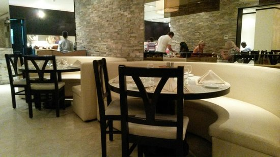 Ramada Hotel & Suites Ajman: Ресторан