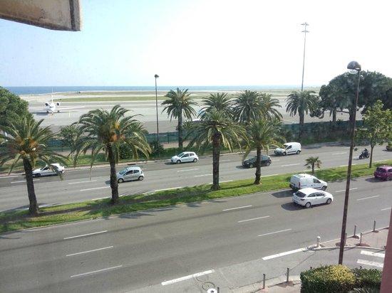 Hotel Ibis Nice Aeroport : ตรงข้ามสนามบิน เดินมานิดหน่อย