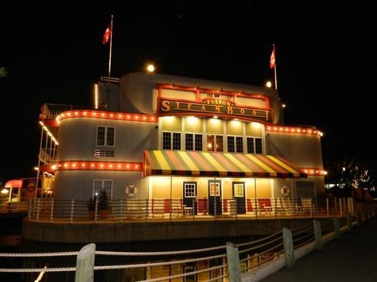 Fulton Steamboat Inn: view at night