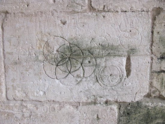 Tithe Barn: Old doodles in the stone