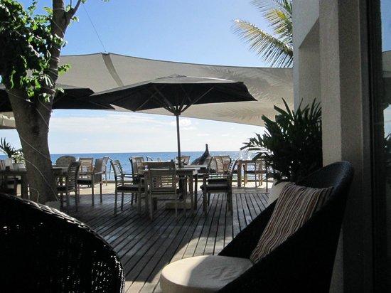 Récif Attitude : Beach restaurant in the morning