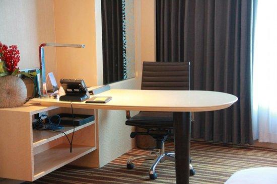 Amari Watergate Bangkok: Study Table