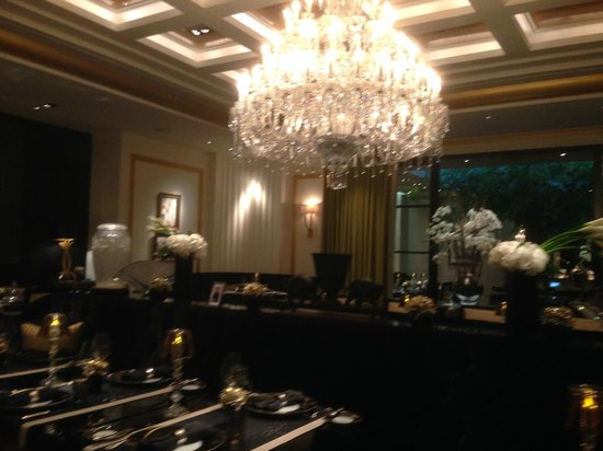 Joel Robuchon Restaurant: crystal chandelier in the centre of the restaurant