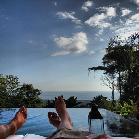 Oxygen Jungle Villas : Relaxing by the pool
