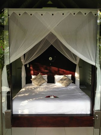 Oxygen Jungle Villas : Amazing King size bed