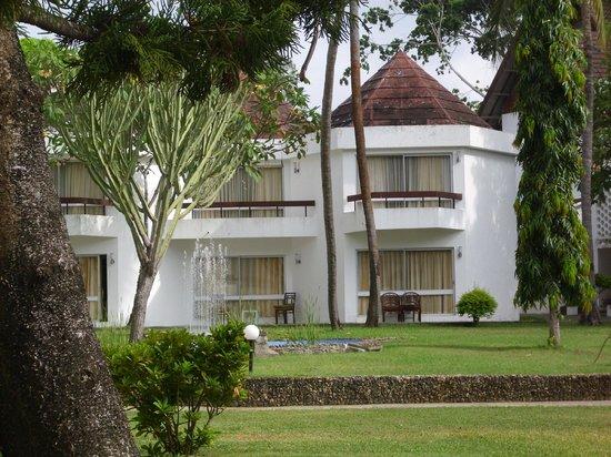 Kenya Bay Beach Hotel: Blick auf die Bungalows