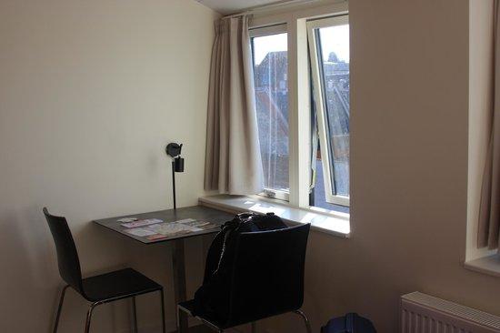 Generator Hostel Copenhagen : A small desk & two chairs