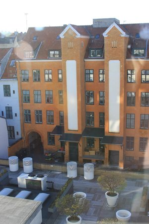 Generator Hostel Copenhagen : The interior garden and the adjacent building
