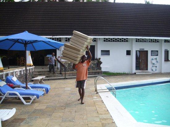Kenya Bay Beach Hotel: Katana bei der Arbeit