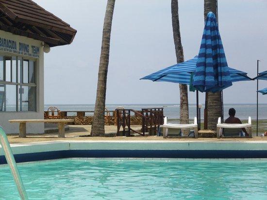 Kenya Bay Beach Hotel: Der Pool- immer glasklares Wasser