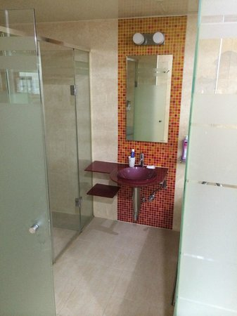 IMI Hotel: Bathroom