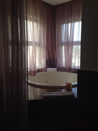 Beloved Playa Mujeres: JacuZzi In all rooms ( note it's great but lacks privacy for a family vaca)