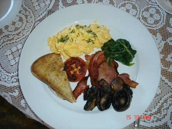 McGowans B & B: Scrambled eggs with whole mushrooms & crispy bacon
