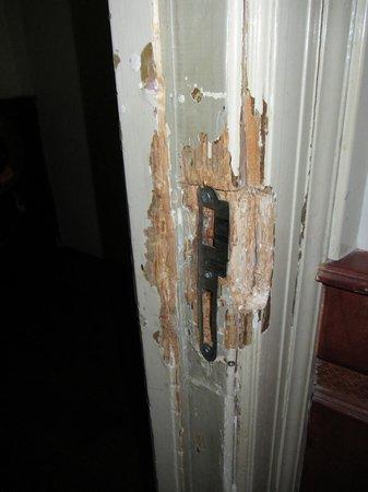 Hotel Manofa: Door jam - again, I just could not believe it!
