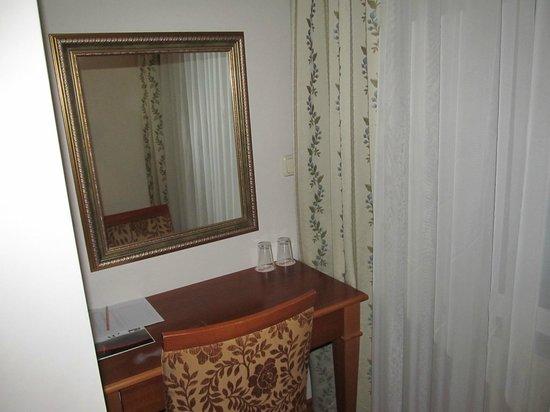 Asur Hotel: столик у окна