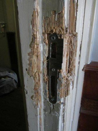 Hotel Manofa : Door jam in our room.