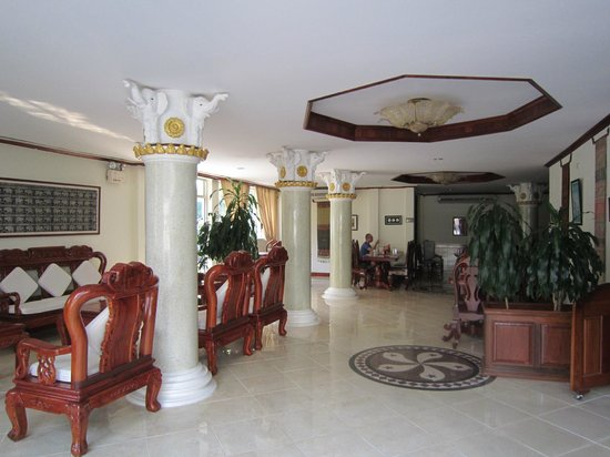 Aroon Residence Vientiane: Foyer and Dining Room