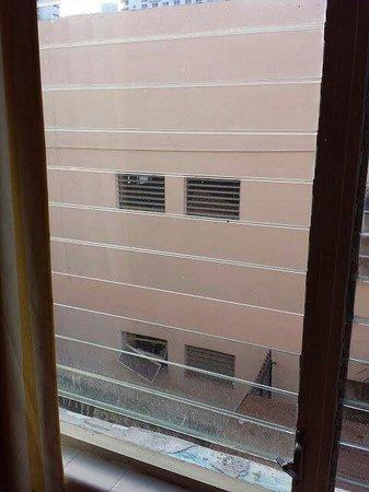 Berkley Shore Hotel: Une photo qui montre bien qu'il manque des carreaux aux fenêtres