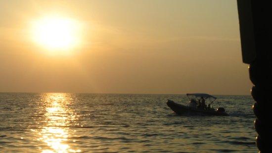 Jamahkiri Resort & Spa: prachtige zonsondergang van op zee