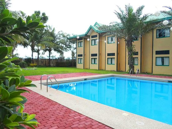 Microtel Inn & Suites by Wyndham Cabanatuan : The pool with the pleasant environment for swimming and lounging