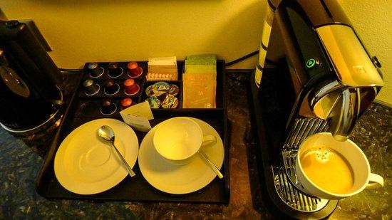 Park Hyatt Zürich: Nespresso machine in our Park Room with capsules