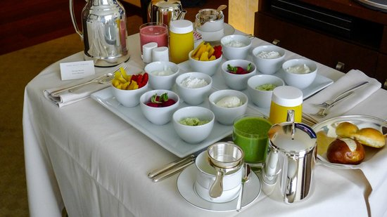 Park Hyatt Zürich: The healthy breakfast in our Park Room
