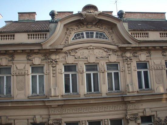 Hotel Papageno: Haus gegenüber