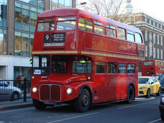 Premier Inn London Kensington (Earl's Court) Hotel : Routemaster en línea 9