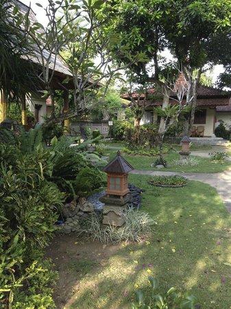 Besakih Beach Hotel: tuin