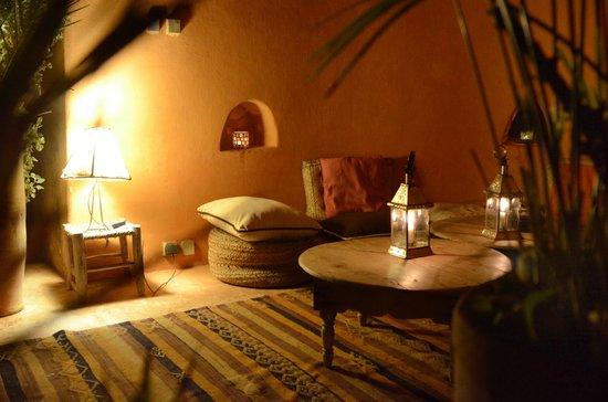 Riad Baoussala: La couple dans le patio / The courtyard