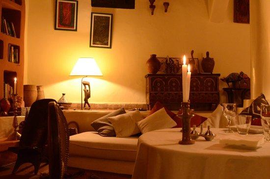 Riad Baoussala: Diner servi dans le salon / diner served in the lounge