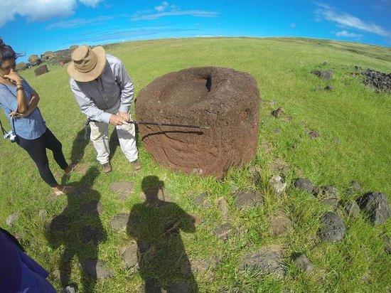Tekarera Kainga Ora & Kainga Nui: Paul explicándonos un grabado sobre un pukao