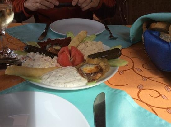 Kusdasi King's Place : tomato, sauteed mushroom caps, stuffed grape leaves, hummus, and a bunch of other things that i
