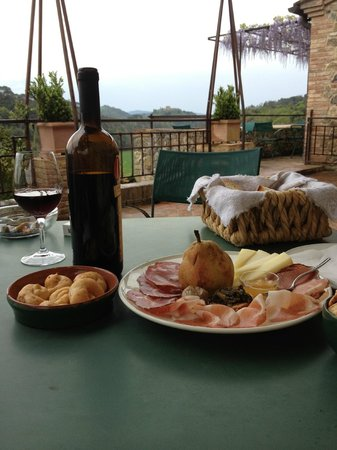 Bosco della Spina: Lunch on the patio with scenic views